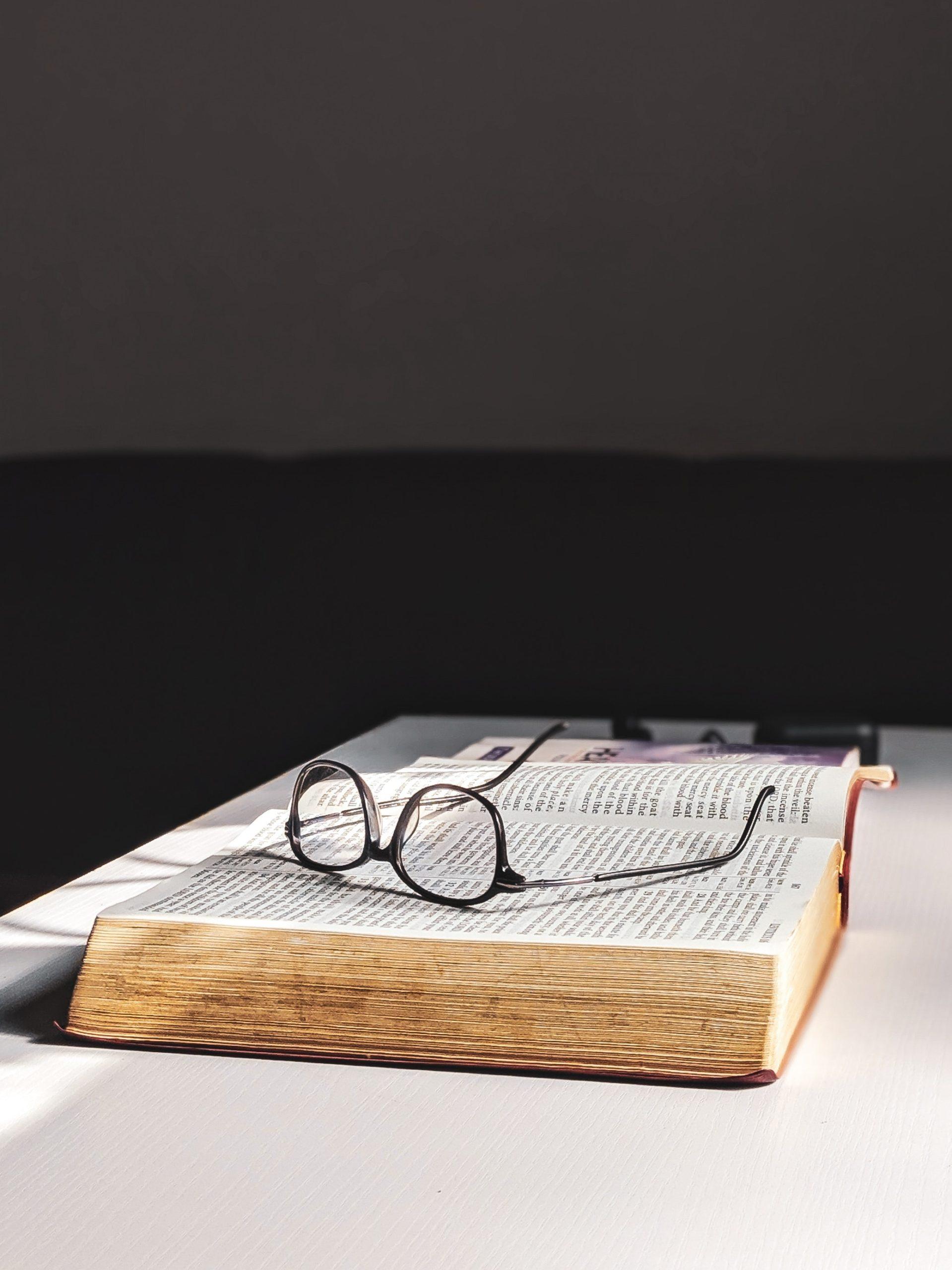 Lesebrille auf Buch liegend