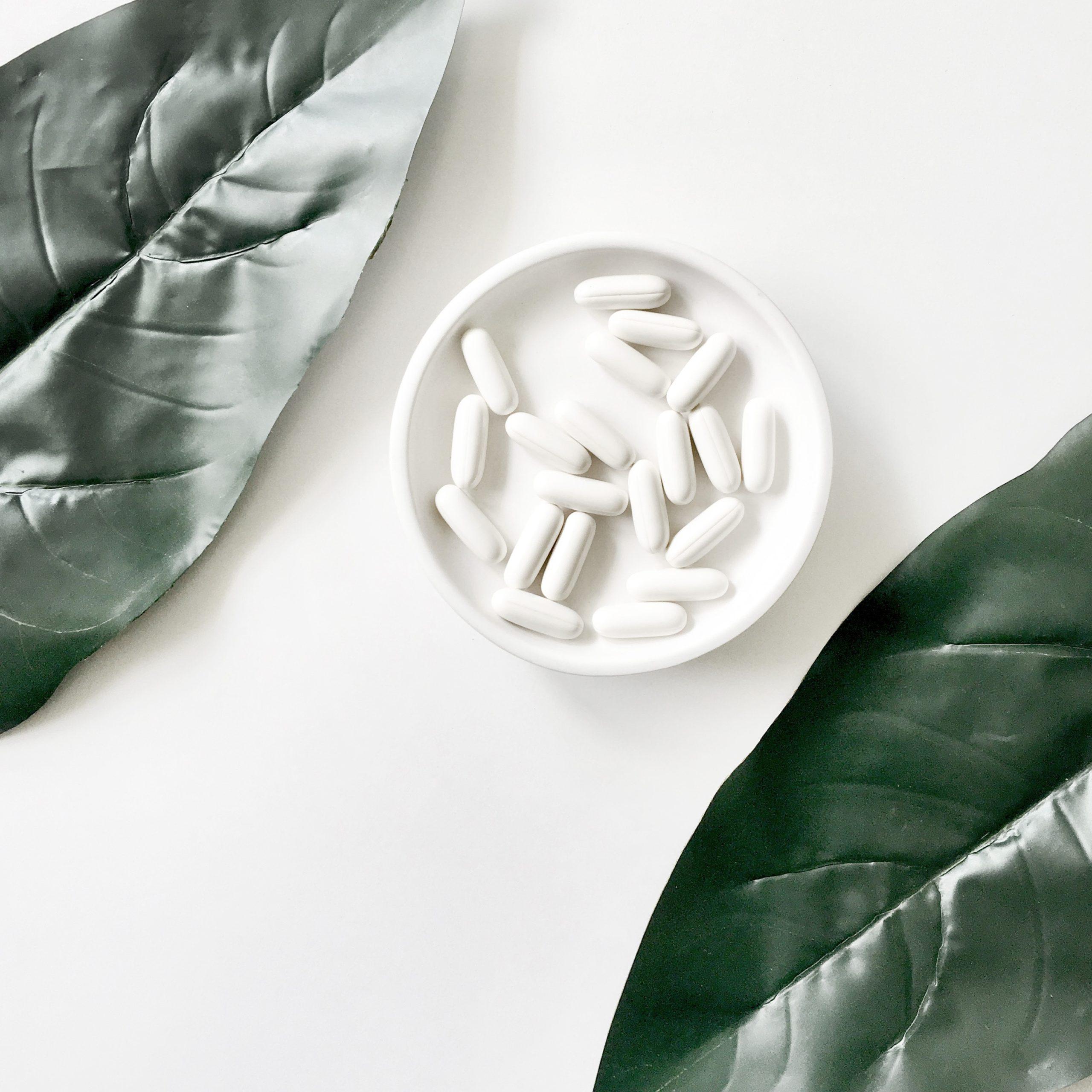 Supplemente und Nahrungsergaenzungsmittel in weißer Schale