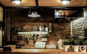 Gemütliche Küche mit Kräutern auf Holztresen
