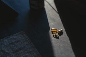 Nahrungsergänzungsmittel liegen auf dem Tisch dunkel
